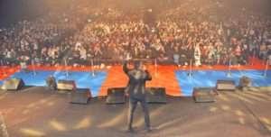 تامر حسني يتألق في الكويت والجمهور يهتف باسمه