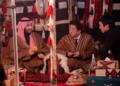 """بالصور والفيديو.. رئيس وزراء اليابان بـ""""العباءة"""" رفقة محمد بن سلمان"""