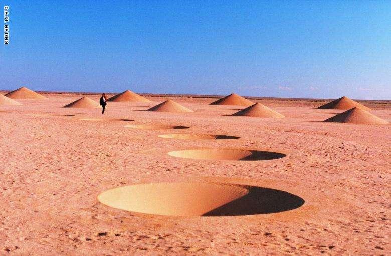 بالصور.. مشهد يخطف الأنفاس ظهر وسط صحراء مصر قبل 20 عامًا