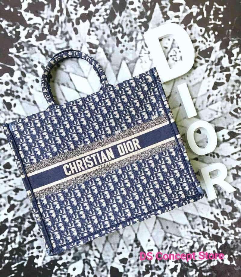 حقيبة Dior Book Tote بأحجام جديدة وتصاميم ساحرة