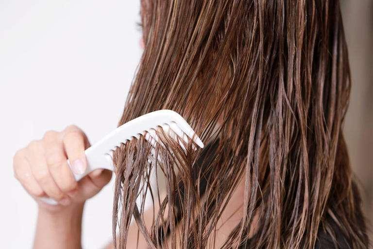 تجنبيها.. 5 أخطاء لإستخدام زيت الشعر أثناء التمشيط تؤدي لتلفه